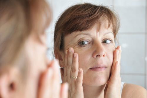 tvárová gymnastiky cviky na vrásky pred zrkadlom