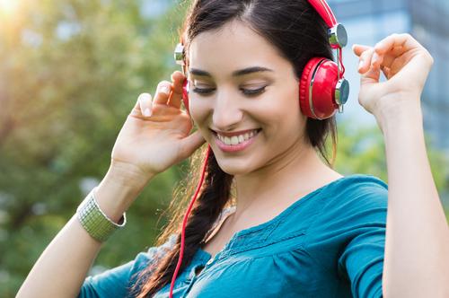 hlučná hudba hluk slúchadlá