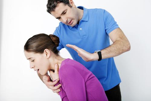 prvá pomoc keď sa dieťa dusí úder medzi lopatky
