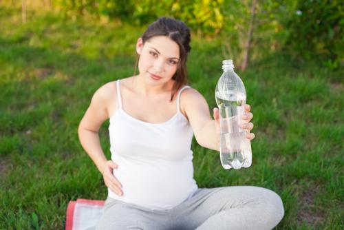 cestovanie tehotnej ženy pitný režim