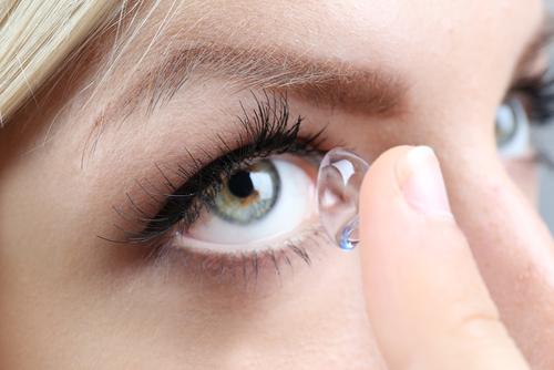 vkladanie kontaktných šošoviek