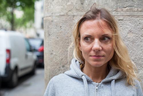 vystrašená žena na ulici