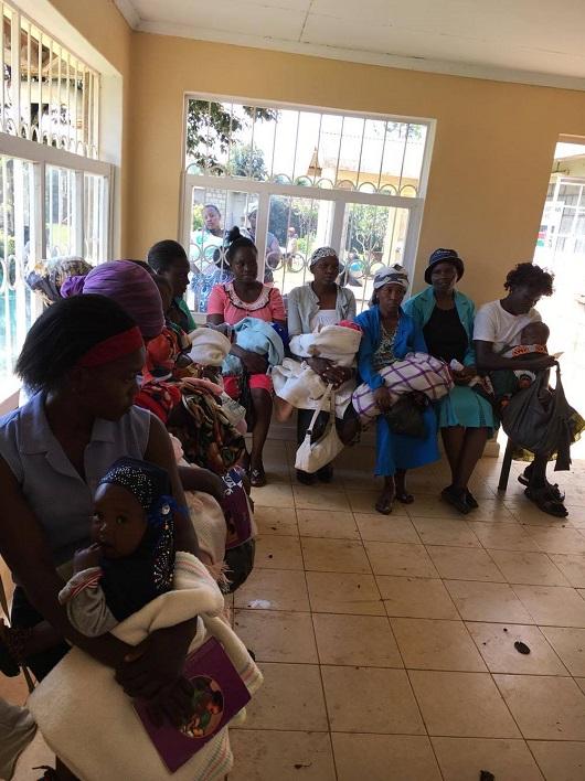 Africké ženy v čakárni so svojimi deťmi