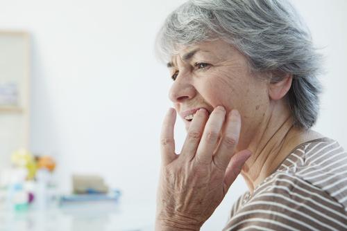 čo pomáha na žlté zuby
