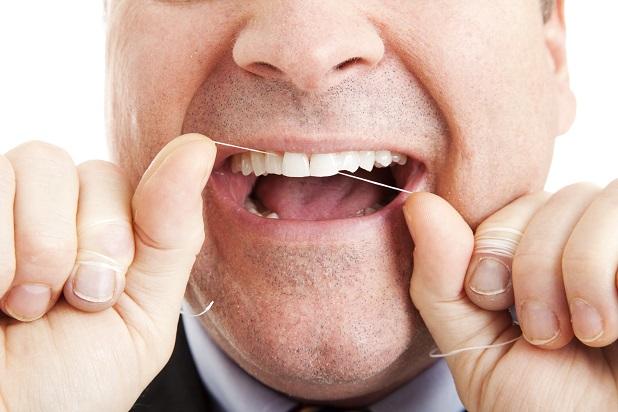 starostlivosť o zubov čistenie zubov zubnou niťou
