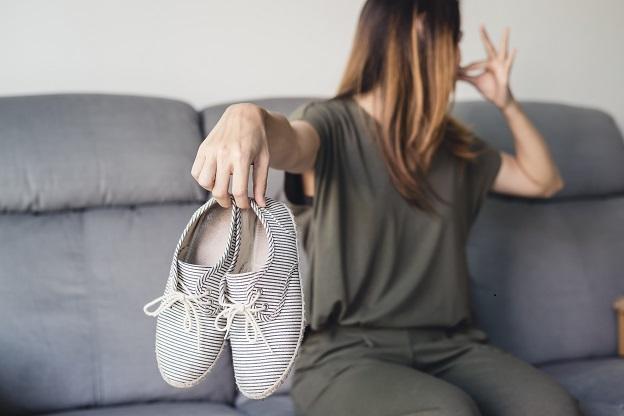 zápachajúce topánky