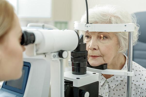 zdravie-seniorov-očné-vyšetrenie-sivý-zákal