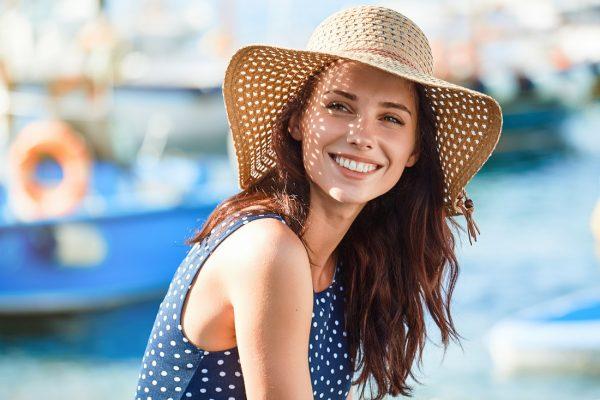 žena s letným klobúkom