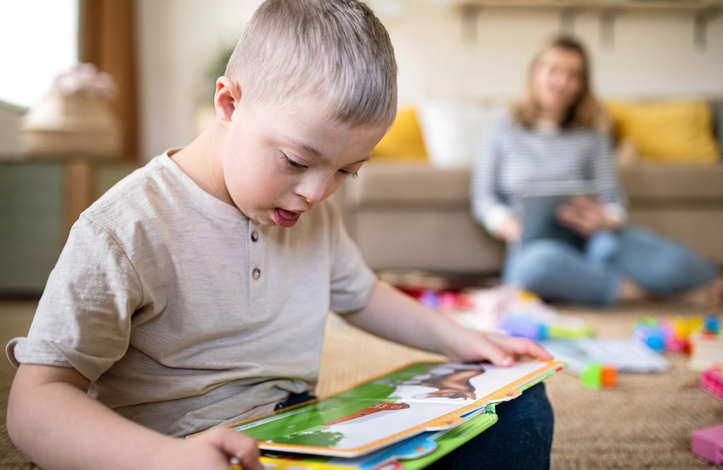 Chlapec s Downovým syndrómom číta