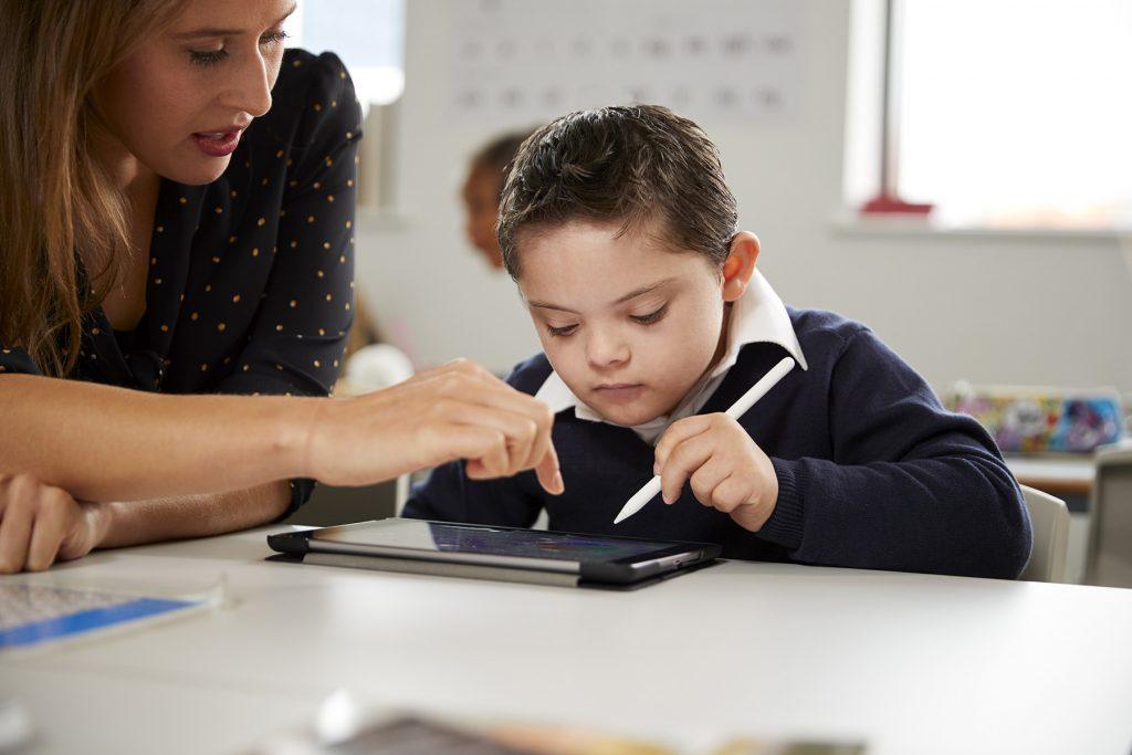 Chlapec s Downovým syndrómom v škole