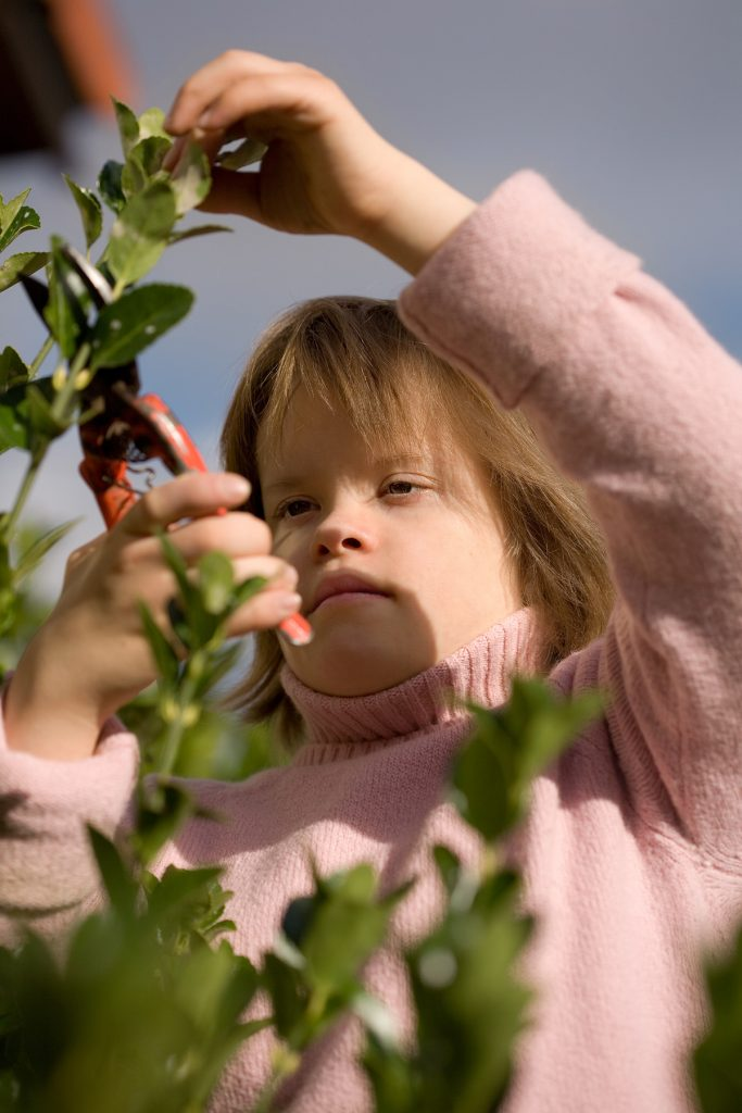 Dievca s Downovým syndrómom záhradníči