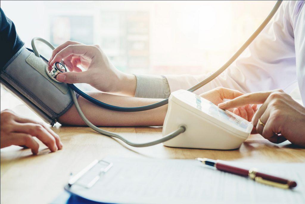 Lekár meria krvný tlak