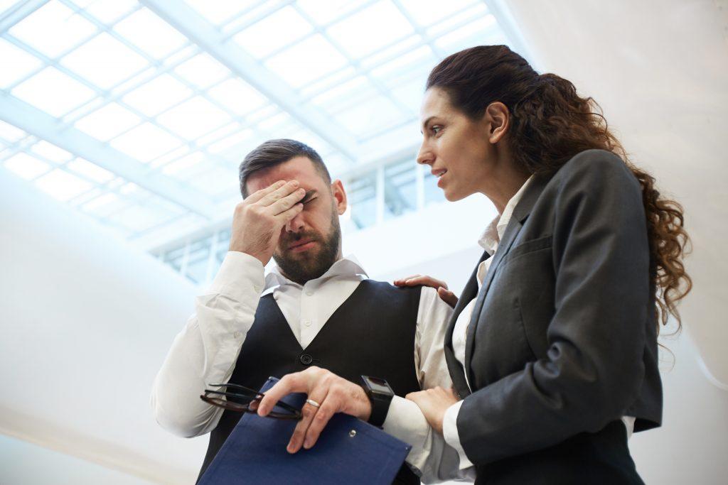 Žena utešuje kolegu