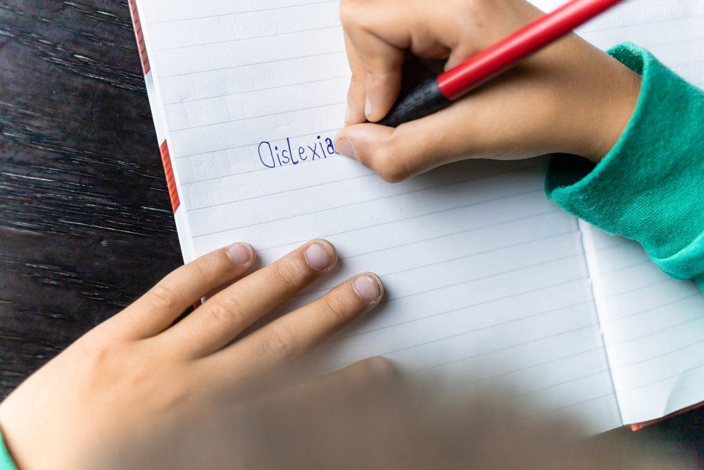 Dieťa píše slovo dyslexia