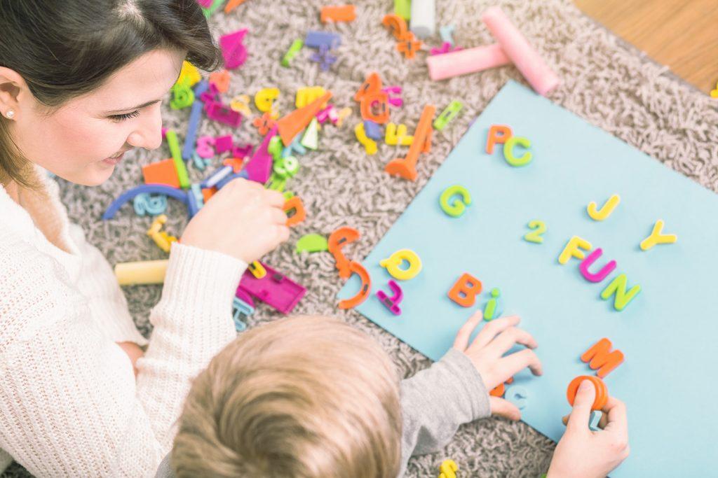 Dieťa si precvičuje písmená pri terapii dyslexie