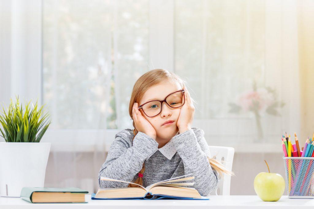 Dievča sa trápi s čítaním