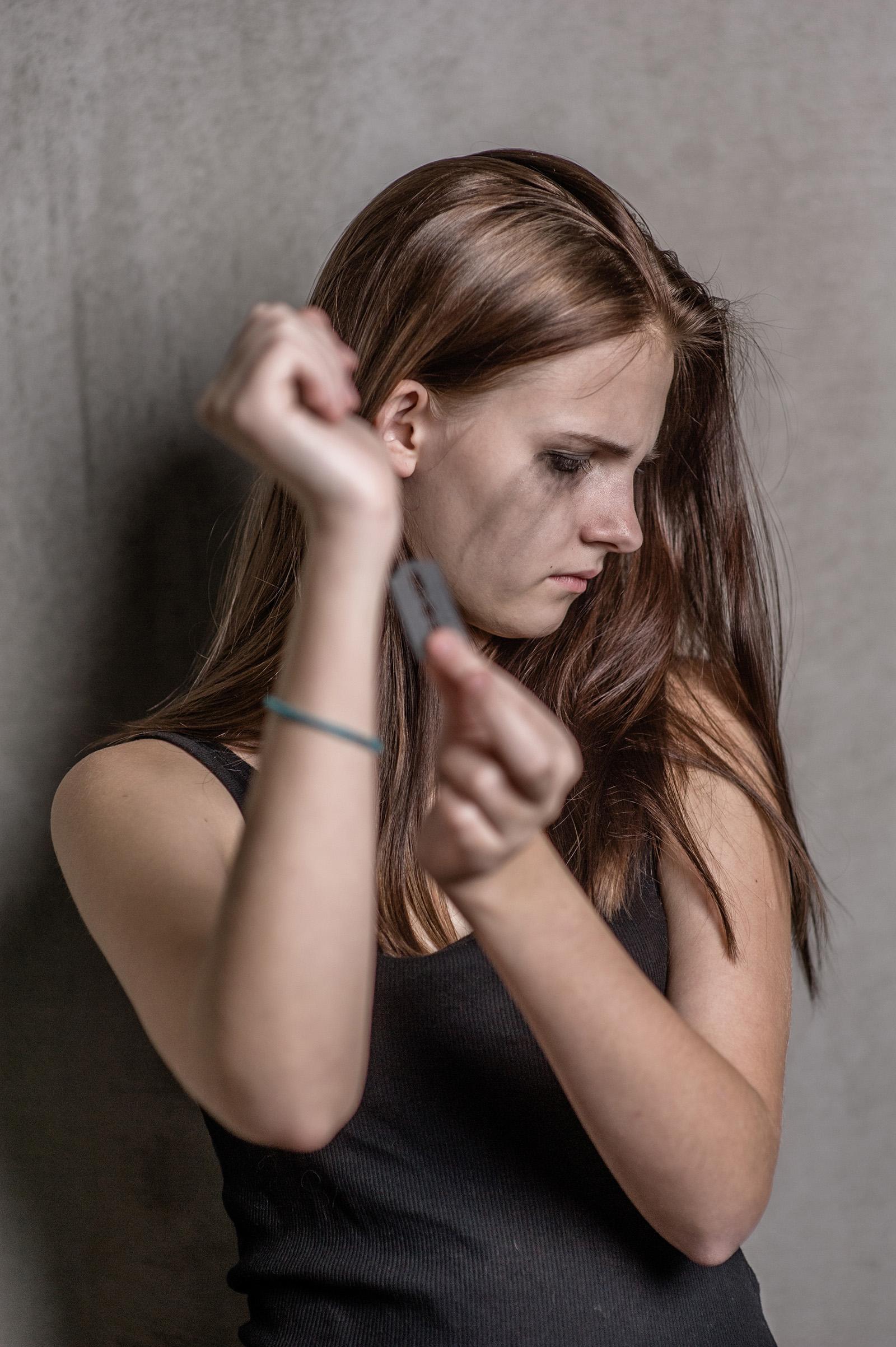 Depresívna tínedžerka si reže ruky žiletkou