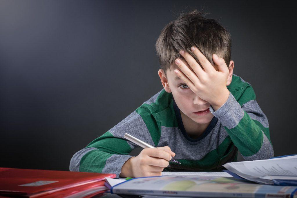 Chlapec sa trápi s úlohami