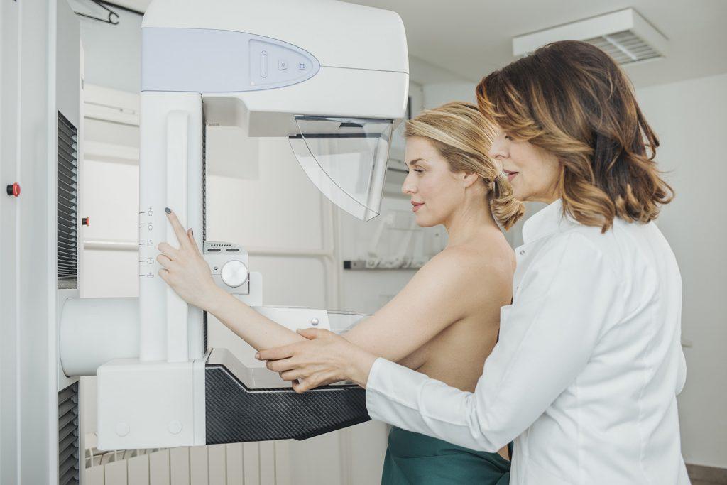 Žena na mamografickom vyšetrení