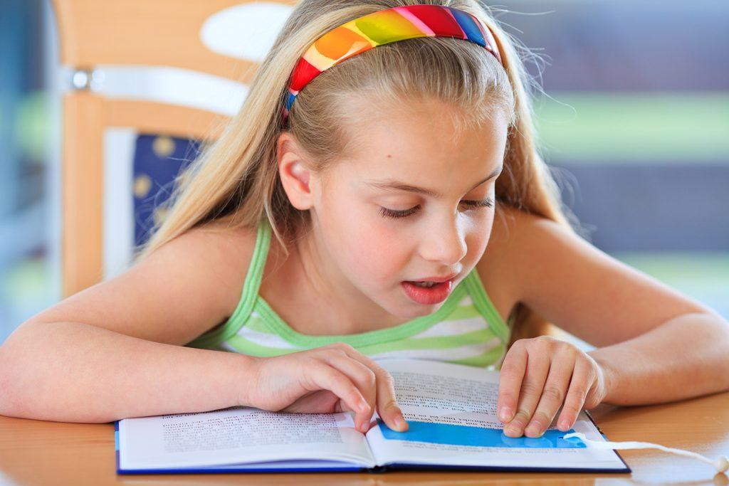 Dievča číta s čítacím okienkom