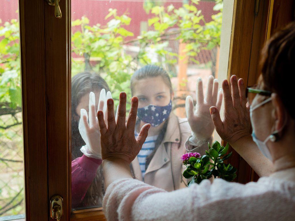 Vnúčatá v kontakte s babkou cez okno počas izolácie