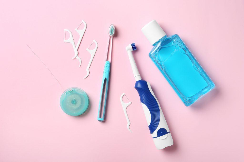 Rôzne pomôcky na čistenie zubov