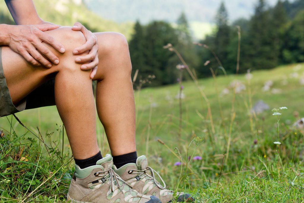 Bolesť kolena pri turistike
