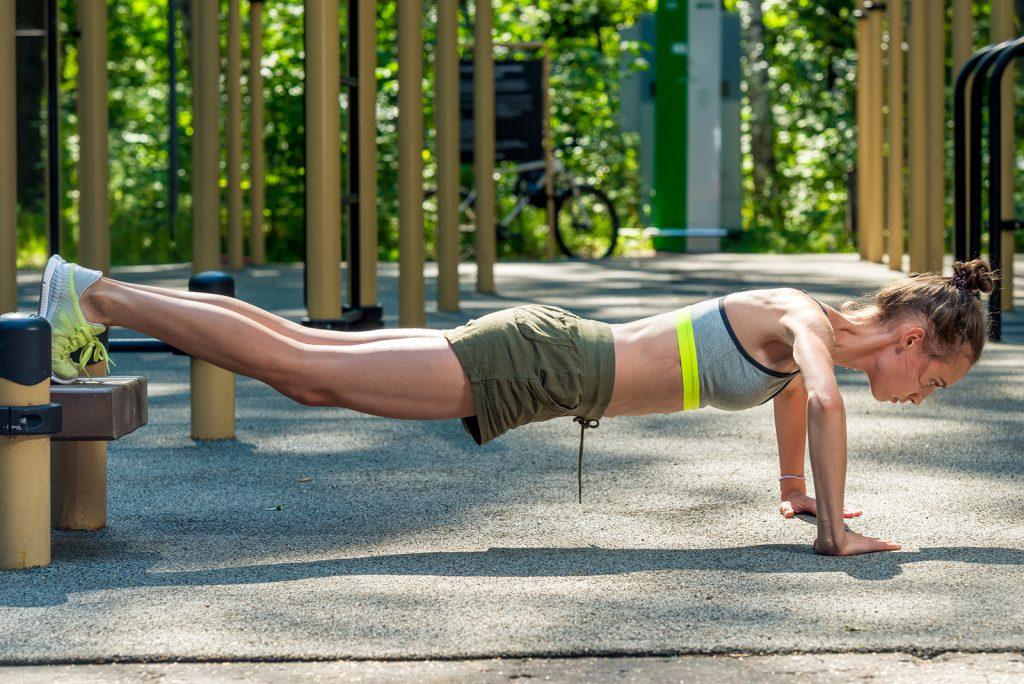Mladá žena cvičí vonku