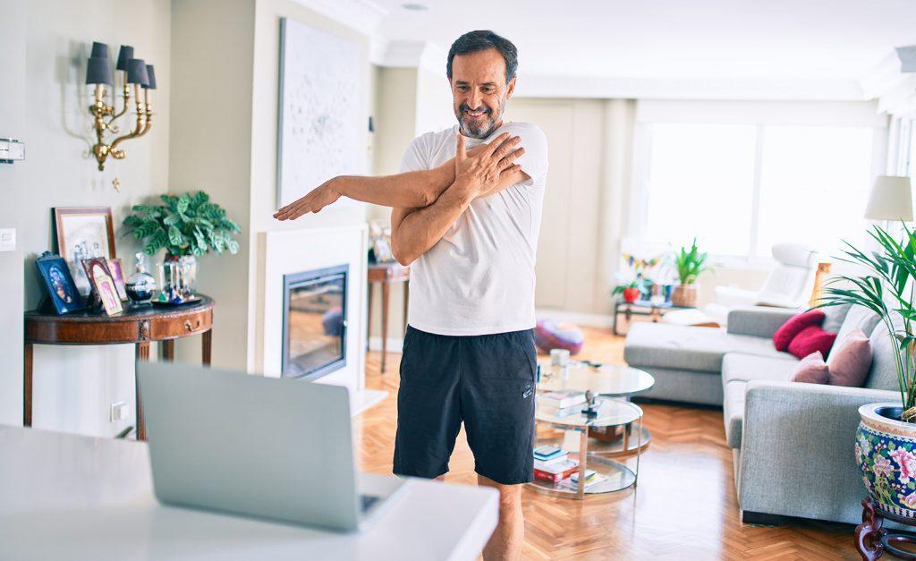 Muž cvičí doma podľa videa