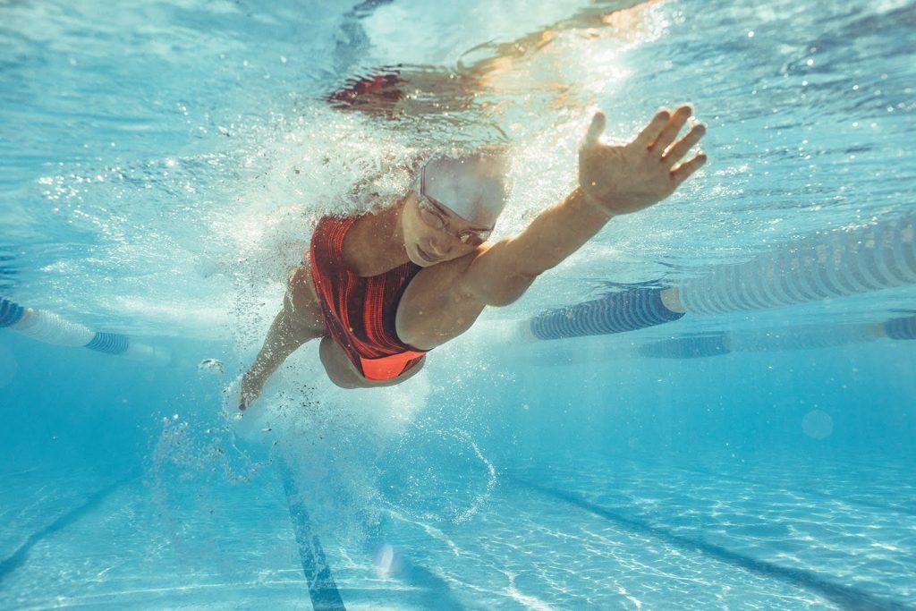 Plávajúca žena v bazéne