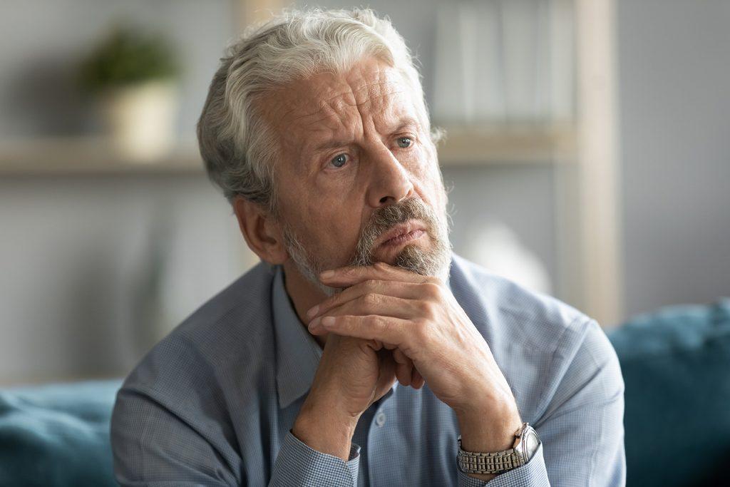 Depresívny starší muž