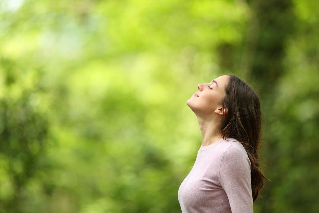 Pokojná žena v prírode
