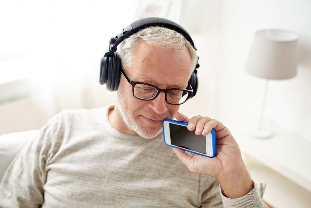 Muž počúva podcast