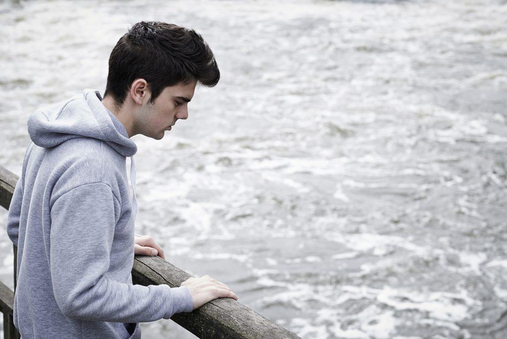 Depresívny muž zvažuje samovraždu na moste