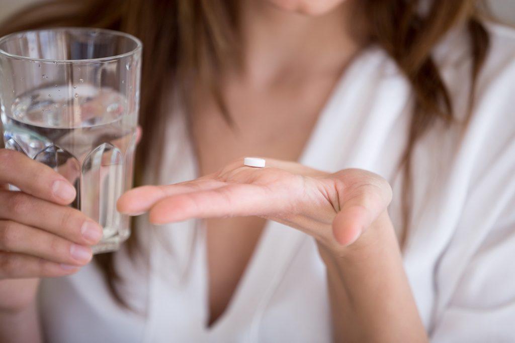 Žena užíva tabletku antidepresíva