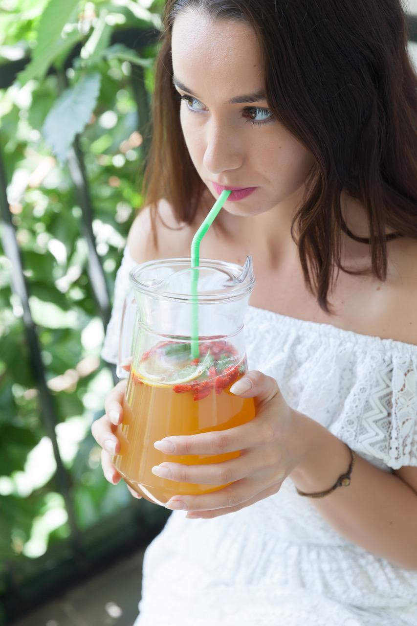 Žena pije kombuchový čaj